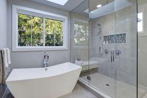 Bad-Walk-in-Shower-In-A-Bath-166085405