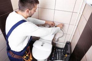 Rorlegger-repairing-toilet-ciste-162219494